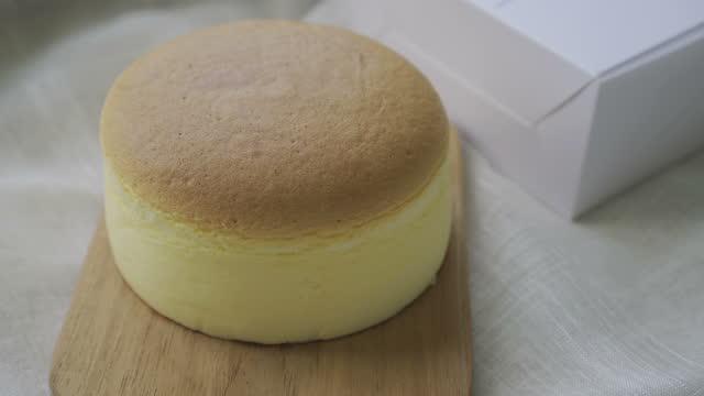 vídeos y material grabado en eventos de stock de pastel de queso japonés.hecho a poco. - suflé
