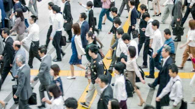 japanese commuting to work in tokyo - pedone ruolo dell'uomo video stock e b–roll