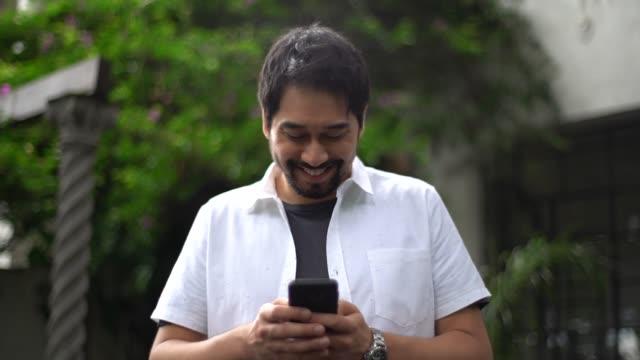 日本民族の男を使用してモバイル - 男性 笑顔点の映像素材/bロール