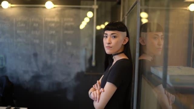 vidéos et rushes de portrait de femme d'ethnicité japonaise au bureau moderne de démarrage - mode femmes