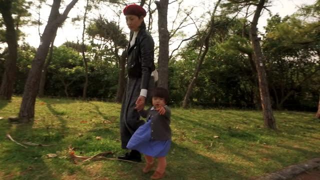 日本の家族 - 娘点の映像素材/bロール