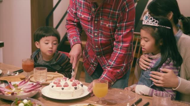 vídeos de stock e filmes b-roll de japanese family celebrates christmas and eats strawberry cake - christmas cake