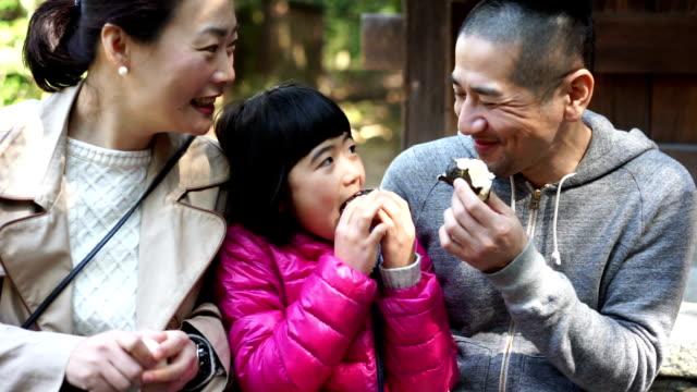 Japanische Familie Onigiri gemeinsam essen – Video