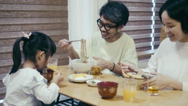 そばを食べる日本人家族 - 母娘 笑顔 日本人点の映像素材/bロール