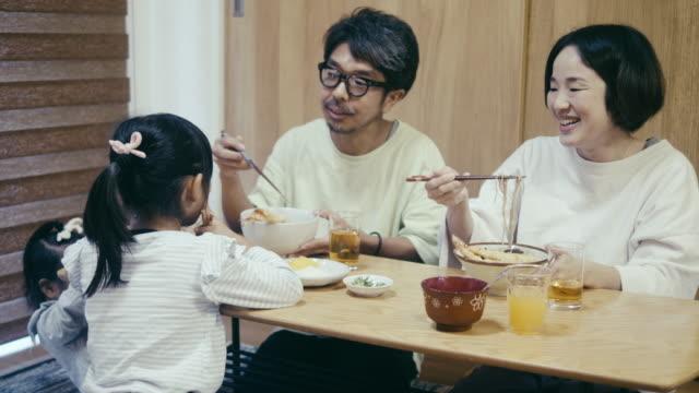 stockvideo's en b-roll-footage met japanse familie eten toshikoshi soba (new year's eve noedels) noedels - breakfast table