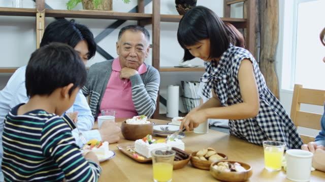 stockvideo's en b-roll-footage met japanse familie hebben taart thuis - breakfast table