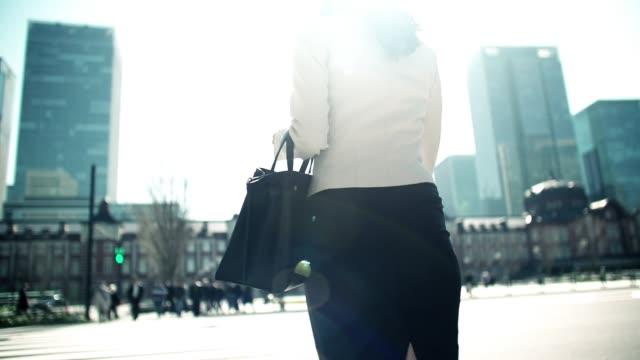 東京のビジネス街を歩く日本人女性ビジネスウーマン - 人の居住地点の映像素材/bロール