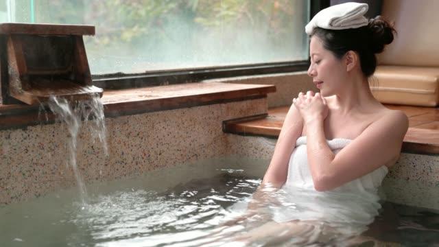 japansk tjej njuta av de varma källor vattnet - japanese bath woman bildbanksvideor och videomaterial från bakom kulisserna