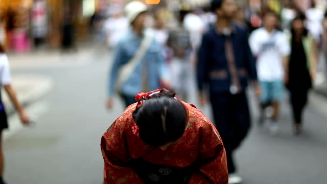 stockvideo's en b-roll-footage met japanese girl in a kimono bowing in shibuya - japan