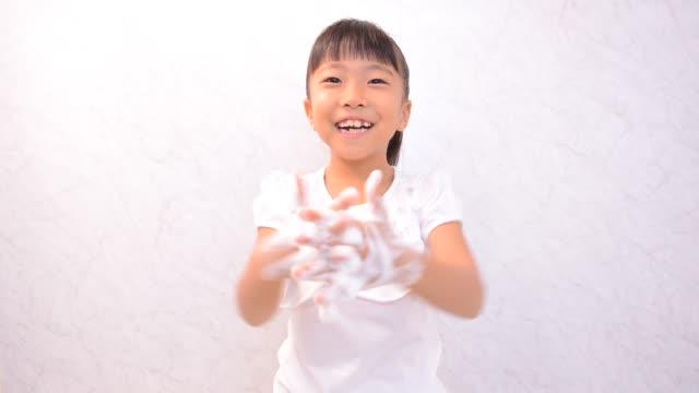 japansk flicka tvätta händerna - washing hands bildbanksvideor och videomaterial från bakom kulisserna