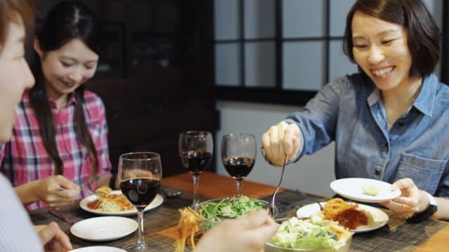 japanese girlfriends eating pasta - tipo di cibo video stock e b–roll