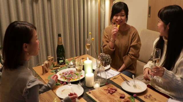日本の女の子がクリスマス料理を楽しんで ビデオ