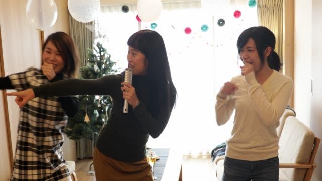 日本の女の子がカラオケを楽しむ ビデオ