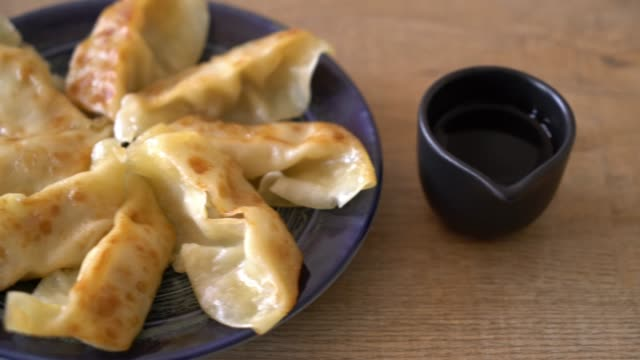 vídeos de stock, filmes e b-roll de lanche de gyoza ou bolinhos japoneses - antepasto