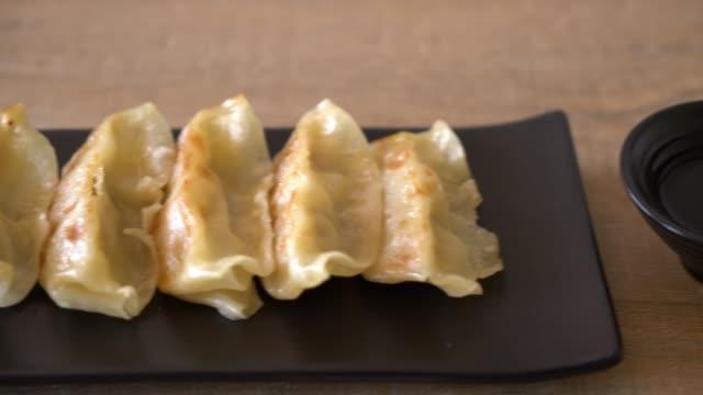 japanische gyoza oder knödel-snack mit soja-sauce - kloß stock-videos und b-roll-filmmaterial