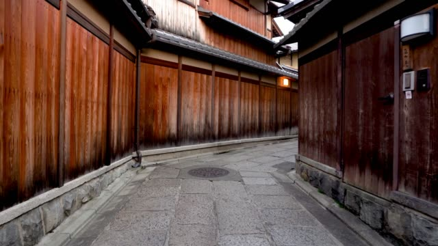 stockvideo's en b-roll-footage met japans huis gebouwd door hout en rotsen - japan