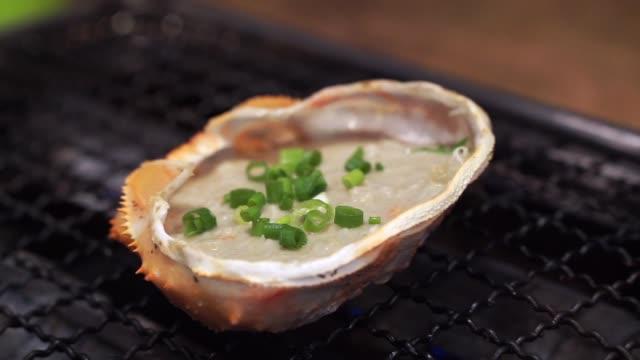 japanska kani miso i krabba shell på grill i restaurang - misosås bildbanksvideor och videomaterial från bakom kulisserna