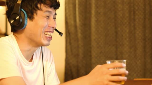 日本人男性が居間で飲み会に遠隔参加している - 飲み会点の映像素材/bロール