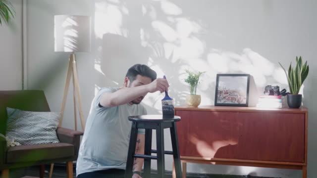 japon adam evde dışkı boyama - estonya stok videoları ve detay görüntü çekimi