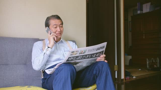 日本人の読書新聞 - シニア点の映像素材/bロール