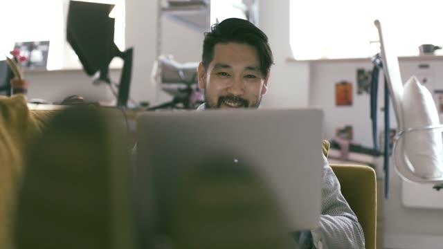 ラップトップ (スローモーション) を使用して日本の男 - 日本人のみ点の映像素材/bロール