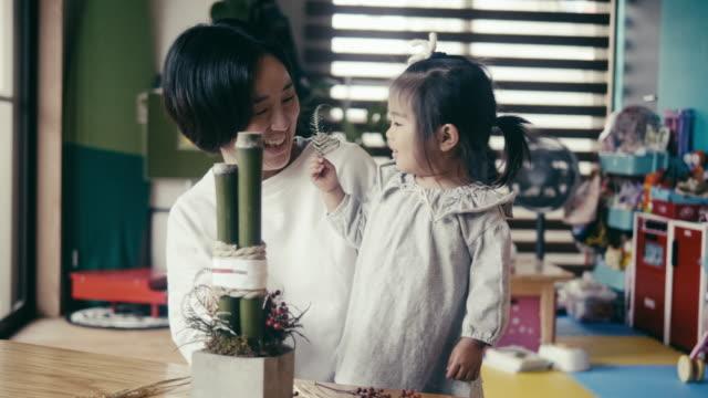大晦日の飾り付けをする日本の母と娘(門松) - 母娘 笑顔 日本人点の映像素材/bロール