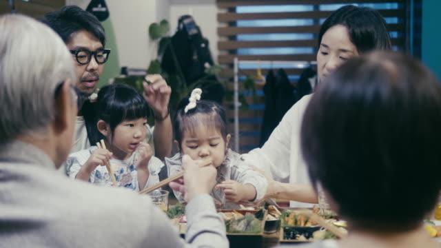 japon çok nesilli aile yılbaşı gecesi osechi ryori yeme - öğün stok videoları ve detay görüntü çekimi