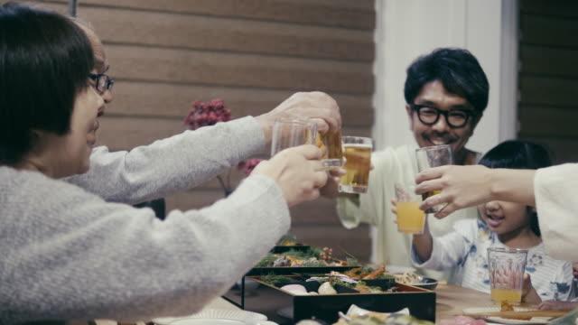 大晦日に祝いの乾杯をする日本の多世代家族 - 飲み会点の映像素材/bロール