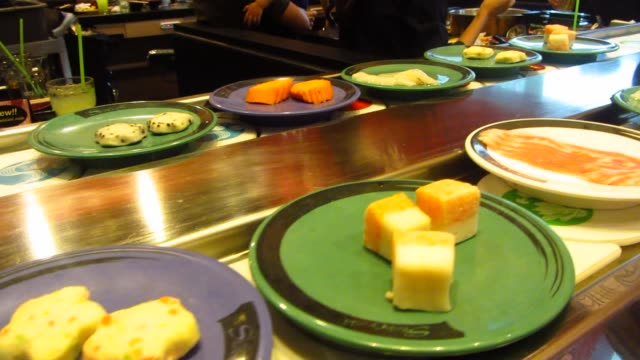 セルフ サービスのレストランでビュッフェ式の回転日本 ビデオ