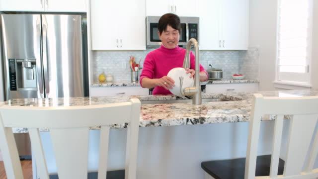 日本の老人女性 - 洗う点の映像素材/bロール