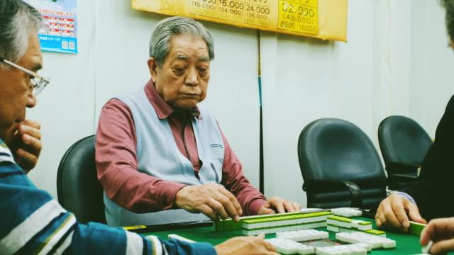 日本高齢者麻雀をプレイ - community activism点の映像素材/bロール