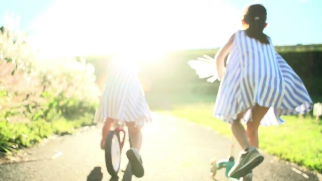 在公園玩耍的日本姐妹 - 休閒器具 個影片檔及 b 捲影像