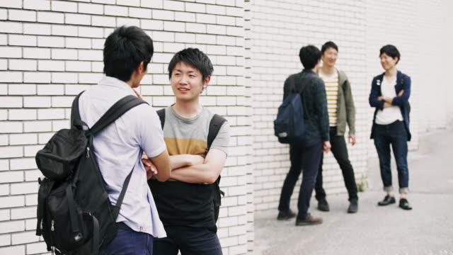 ms 日本学生の外で休憩 - 学生生活点の映像素材/bロール