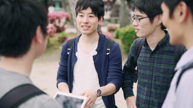 vidéos et rushes de ms les étudiants japonais à l'aide de tablette numérique - seulement des japonais