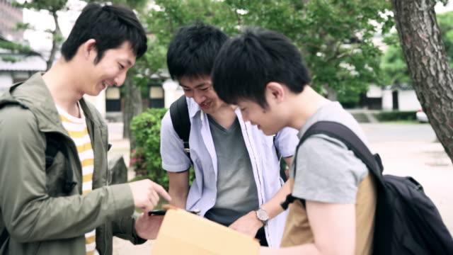 スマート フォンやデジタル タブレットを使用して ms 日本人留学生 - スマートフォン点の映像素材/bロール