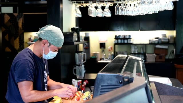 covid-19のマスクを着用した日本の寿司職人 - 飲食店点の映像素材/bロール