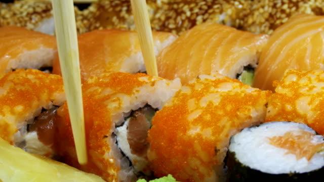 rotoli di sushi giapponesi con rotolette - antipasto video stock e b–roll