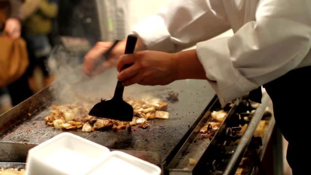 teppanyaki giapponese piatto di cibo di strada - video di bancarella video stock e b–roll