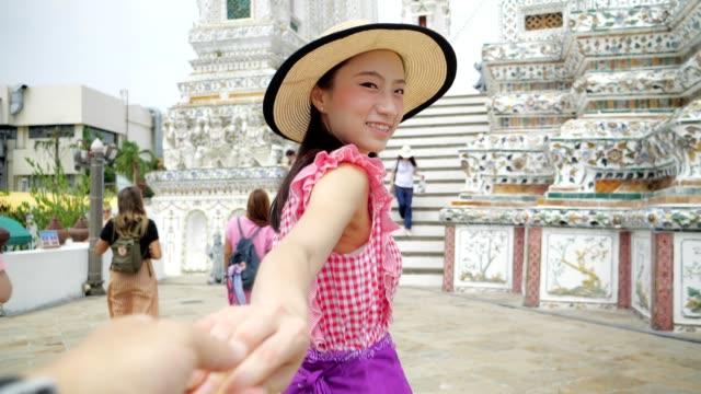 japanischer tourist besucht thailändischen tempel (wat aroon) mit dem boot. - pagode stock-videos und b-roll-filmmaterial