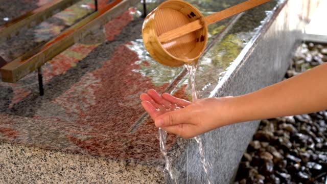 日本の伝統文化・精神的な浄化のためのあなたの手の洗浄 - 清らか点の映像素材/bロール