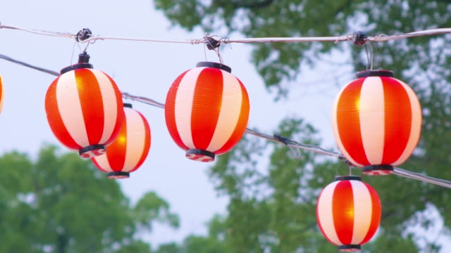 夏祭りでぶら下がっている日本の伝統的なランタン ビデオ