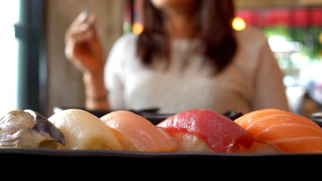 japanische frau essen sushi - sushi stock-videos und b-roll-filmmaterial