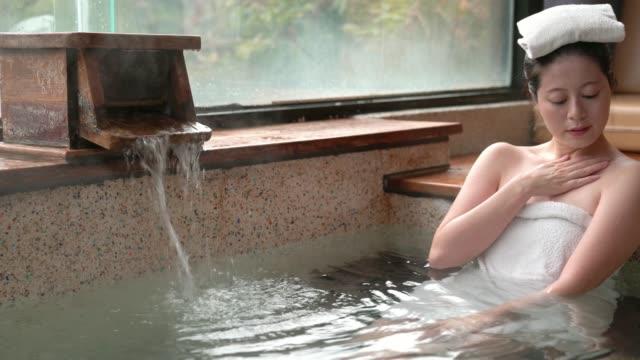 japansk kvinna njuta av de varma källorna - japanese bath woman bildbanksvideor och videomaterial från bakom kulisserna