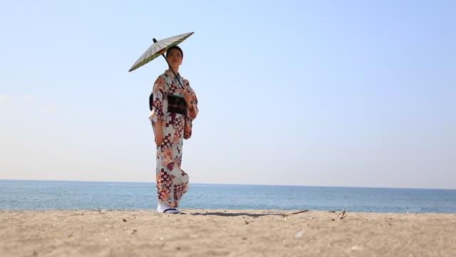 日本の女性のビーチ - 日本人のみ点の映像素材/bロール