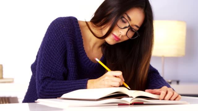 日本の女性、スピニングペンシルで読書 - 勉強する点の映像素材/bロール