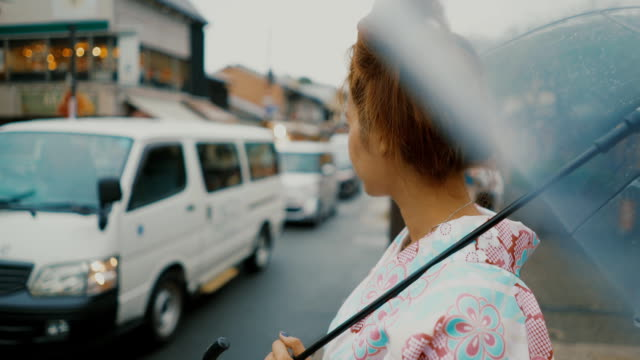 日本女性の車を待っています。 - 美人点の映像素材/bロール