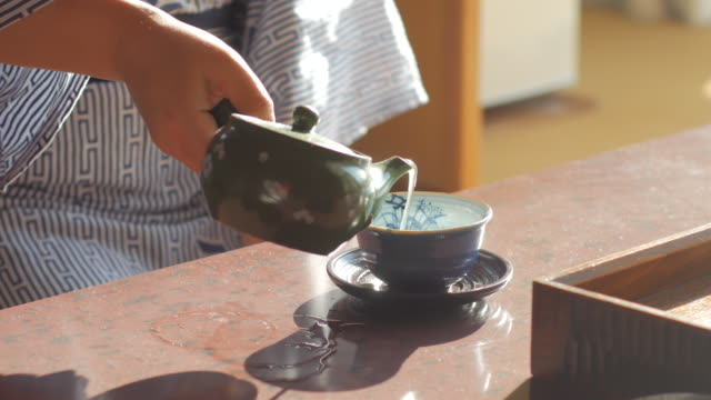 japanische frauen in traditionellen kimono teetrinken, kyoto, japan - grüner tee stock-videos und b-roll-filmmaterial