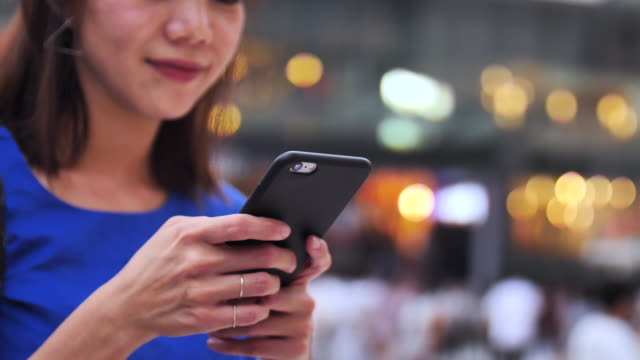 japanische frauen mit smartphone in der abenddämmerung - online dating stock-videos und b-roll-filmmaterial