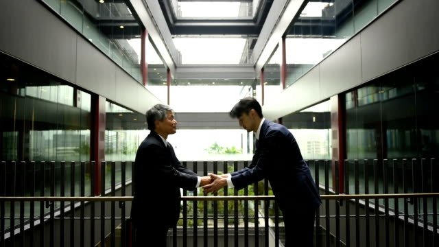 stockvideo's en b-roll-footage met japnese zakenlieden buigen - boog architectonisch element