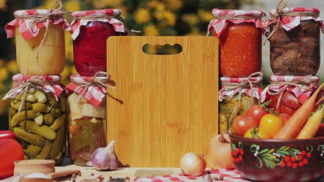 테이블에 절인 야채 항아리. 양념 음식 - 식초 스톡 비디오 및 b-롤 화면